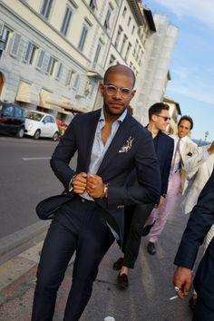 濃紺スーツ×ストライプシャツ