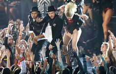 Justin Timberlake Photos Photos - Musician Justin Timberlake performs onstage during the 2013 MTV Video Music Awards at the Barclays Center on August 25, 2013 in the Brooklyn borough of New York City. - The MTV Video Music Awards — Part 2