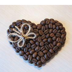 Магнит для холодильника из кофейных зерен сможет сделать даже новичок. Для этого картонную основу надо обклеить кофейными зернами, приклеив к обратной стороне магнит.