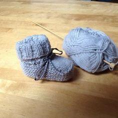 """Pour tricoter ces petits chaussons, j'ai suivi ce tuto vraiment très bien expliqué : Cliquez ici pour voir le tuto J'ai utilisé de la la laine phildar """"super baby"""" qui se tricote avec des aiguilles..."""
