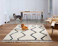 Un tapis Béni Ourain Naima qui semble avoir été adopté! Vous retrouverez ces motifs géométriques caractéristiques sur tous les différents modèles de ces tapis épais et résistants. A découvrir sur http://www.sukhi.fr/catalogue/tapis-beni-ouarain.html !