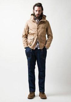 ベージュ色マウンテンジャケット×チェックシャツ×ジーンズの着こなし(メンズ)   Italy Web