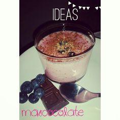 Batido de fresas con arandanos y ralladura de chocolate #batido #fresas #strawberry #bluberri #smotthie #chocolate #mascocolate #instafollow #instafood #madrid