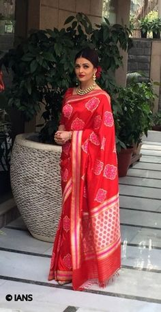 Bollywood actress Aishwarya Rai Bachchan has chosen an elegant look in a red designer Banarasi silk sari to wear for a special lunch with French President François Hollande in New Delhi on Tuesday Red Saree, Saree Look, Mangalore, Indian Attire, Indian Wear, Indian Dresses, Indian Outfits, Indian Clothes, Lehenga