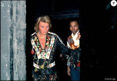 Johnny Hallyday avec Alan Coriolan dans les coulisses de son concert au Pavillon de Paris en 1979.