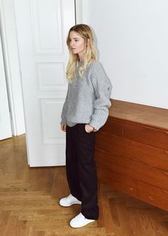 Minimalism has an unending appeal—and the same is true of minimalist fashion. But figuring out how to construct the perfect minimalist wardrobe can be a challenge. Here, 47 minimalist outfit ideas you can wear during any time of year. Look Fashion, Teen Fashion, Fashion Outfits, Fashion 2018, Mode Outfits, Outfits For Teens, Minimalist Fashion Summer, Minimalist Wardrobe, Minimalist Outfits