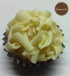 www.chocolateempo.com.br - contato@chocolateempo.com.br -  Brigadeiro Gourmet de chocolate branco Belga com raspas de chocolate branco Callebaut