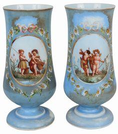 Par de vasos de opalina francesa do séc. XIX, decorados com querubins. Alt. 35 cm.