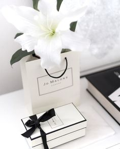#home #interiordetails #interior #homedecor #jomalone White Roses, White Flowers, Jo Malone Gifts, Ikea Interior, Photo Food, Photo Deco, Women Lifestyle, Flower Show, Rose Bouquet