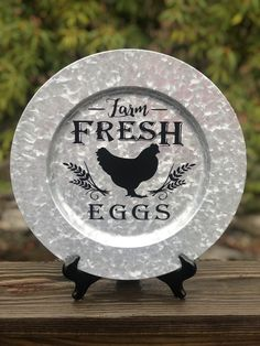 Dollar Tree Plates, Dollar Tree Decor, Dollar Tree Crafts, Farmhouse Charger Plates, Charger Plate Crafts, Vinyl Crafts, Vinyl Decor, Vinyl Projects, Plate Design