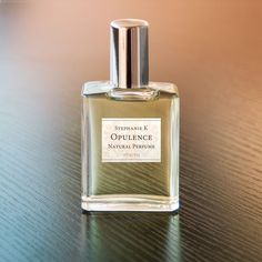 Exquisite sandalwood and sumptuous rosewood with a breeze of crisp lime and bergamot.A perfect day-to-night scent, whether at work or a formal event, you will exude elegance.