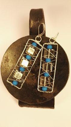 Modréi+náušnice+Náušnice+z+postriebreného+drôtu+sú+zavesené+na+postriebrených+náušnicových+háčikoch.+Modré+neónové+gorálky+sú+poprepletané+postriebreným+drôtom.+Sú+jemné+a+něžné+pre+každú+slečnu.+Skvelý+doplnok+aj+k+spoločenským+šatám.