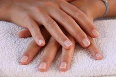 Vous rêvez d'avoir de belles mains et des ongles toujours parfaitement soignés ? Pour les malignes ou les économes, je vous propose « La méthode » pour réussir sa manucure soi-même. Vous trouverez, en détail, toutes les différentes étapes d'une manucure...