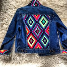 Artículos similares a Studded Authentic Levi's Jean Jacket with Tribal Motif en Etsy Pins On Denim Jacket, Painted Denim Jacket, Painted Jeans, Painted Clothes, Denim Jackets, Diy Jeans, Denim Kunst, Denim Fashion, Diy Clothes
