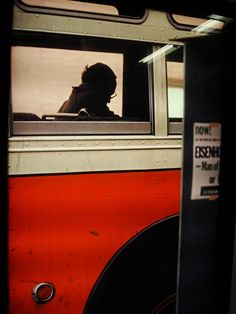 photo de Saul Leiter, bus à New-York, orange, transport urbain Saul Leiter, Diane Arbus, Pittsburgh, Moma, Color Photography, Street Photography, Reportage Photography, Human Photography, Candid Photography