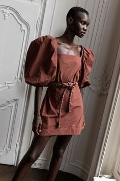 Johanna Ortiz Spring 2020 Prêt-à-porter-Kollektion Runway-Looks Beauty Models – Mode für Frauen Vogue Fashion, Fashion 2020, Runway Fashion, Fashion Brands, High Fashion, Fashion Weeks, Fashion Details, Fashion Design, Dress With Sneakers