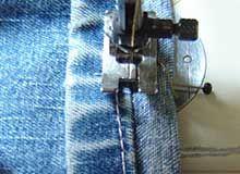 Eine Jeans kürzen mit Originalsaum. Wichtig: Zu kürzende Länge OHNE Saum messen!