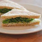 Sandwich de huevo, berro y queso blanco