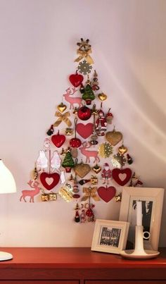Ideal para espacios pequeños, las decoraciones de un árbol dispuestos en forma de pino directo sobre la pared, muy buena idea...