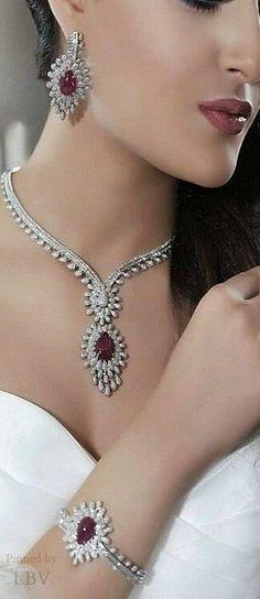 Jewelry Diamond : Al Sharq Diamond Parure. - Buy Me Diamond Diamond Gemstone, Diamond Jewelry, Gold Jewelry, Jewelery, Fine Jewelry, Diamond Necklaces, Unique Jewelry, Uncut Diamond, Diamond Pendant
