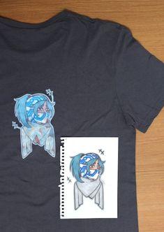 Détail d'un t-shirt : le dessin est d'abord fait sur papier pour ensuite être modifié numériquement (ajout des fresques du lycée dans les espaces vierges) et enfin être imprimé sur du papier de transfert (où la forme du personnage doit être découpé). La chaleur d'un fer à repasser a par la suite vite fait de poser le motif sur le support textile.