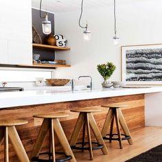 ampadas industriais sobre balcão branco + tacos de madeira + bancos lindos de madeira