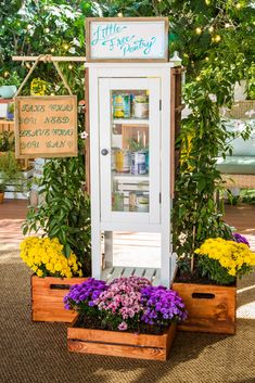 DIY expert Luke Barr shows you how to create a little free pantry to nourish your community. Little Free Library Plans, Little Free Libraries, Little Library, Summer Crafts, Diy And Crafts, Little Free Pantry, Stand Feria, Shop Shelving, Bible Object Lessons