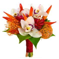 Ce bouquet de mariée se compose des fleurs exotiques suivantes : nutances, héliconias, alpinias rouges et orchidées.
