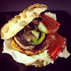 Süßkartoffel-Burger mit Auberginen-Dip (vegan)