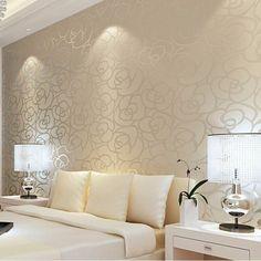 romantische wandtapete in beige mit blumen im schlafzimmer