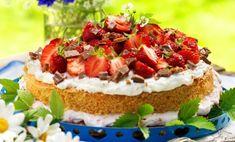 Ingen midsommar utan jordgubbstårta! Här får du recept på sommarens godaste. Med solmogna jordgubbar, ljuvlig chokladkräm och krossad daim gör den succé!