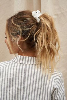 Womens hair dos hairdos new Ideas Messy Hairstyles, Pretty Hairstyles, Scrunchy Hairstyles, Pictures Of Hairstyles, 7th Grade Hairstyles, Southern Hairstyles, Back To School Hairstyles For Teens, Waitress Hairstyles, Easy Casual Hairstyles