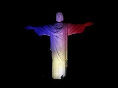 O Cristo Redentor é iluminado nas cores oficiais da França para comemorar o tradicional Dia da Bastilha e como um sinal de amizade para os atletas olímpicos franceses que participam das Olimpíadas de 2016, no Rio de Janeiro (Foto: Sergio Moraes/Reuters)