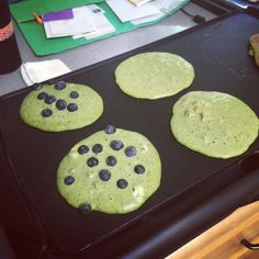 Green Protein Pancakes: Clean Eating and Focused Training. Packed with protein and nutrients from spinach - these are a great way to start your day off! Organic Whey Protein, Whey Protein Powder, Whey Protein Pancakes, Green Organics, Super Greens, Healthy Recipes, Healthy Meals, Food Processor Recipes, Spinach Protein