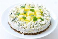 AURA kalkkunavoileipäkakku kuuluu juhlapöytään. Hyydytettävä kakku on helppo valmistaa irtopohjavuokaan. Se kannattaakin tehdä jo edellisenä päivänä koristelua vaille valmiiksi, jotta täyte ehtii hyytyä ja maut tasoittua. http://www.valio.fi/reseptit/aura-kalkkunavoileipakakku/
