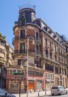 El edificio de la Calle Miracruz número 19 es uno de los más emblemáticos del barrio de Gros de San Sebastián. Se construyó en el año 1888, pero próximamente será derribado para construir un edificio más moderno. Fotografía del fotógrafo donostiarra Enrique Riu (Eriu Photo) #miracruz19 #donostia #gros