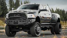 hablaremos  de esta sensacional camioneta  dodge ram  su altura la hace  ver feros  y  sus llantas atras   la hacen  ver con mucho poder  y su especto  con el paisaje atras  la ase ver que no le inporta el terreno