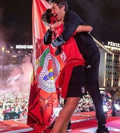 Este abraço caloroso de Félix e o Mister ❤️🦅 @joaofelix79 @lagebn #ınfernodaluz #slbenfica #epluribusunum #benficasempre #carregabenfica… Benfica Wallpaper, Soccer Stars, Football Players, Portugal, My Life, Boys, Pretty, Football Memes, Athlete