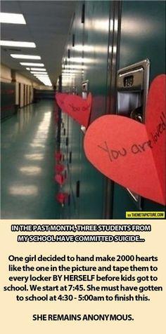 """Depois de 3 alunos de sua escola terem cometido suicídio, uma garota fez 2.000 corações com a inscrição """"você é amado"""" e colou em cada um dos armários, antes do horário da aula. Ela fez isso sozinha e de forma anônima."""