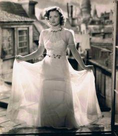 Cena - Seventh Heaven (1937) - Simone Simon com seu vestido de casamento - presente do amado Chico (Jimmy Stewart).