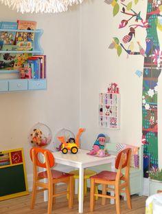 I want to make one of those little box shelves lined with pretty wallpapers... elle belle - skønne sager og lækkert design til børn