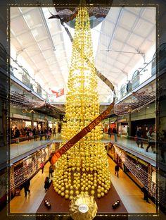 Le sapin de Noël Ferrero Rocher enchante vos fêtes à la gare St Lazare cette année.