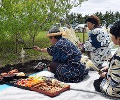 【新ひだか】民族の伝統的な様式で先祖を供養する新ひだかアイヌ協会(大川勝会長)の「イチャルパ」が5日、新ひだか町静内真歌で行われ、約120人が厳かに祈りをささげた。 町内では、点在し、荒廃したままになっていたアイヌの人々の無縁墓地を静内霊...