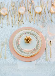 a simple gold-infused, wintry tablescape   Photography By / annerobertphotography.com/, Design By / somethingvintagerentals.com