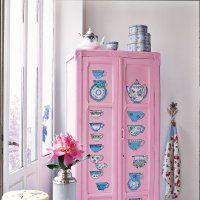 Une armoire décorée de tasses anglaises - Marie Claire Idées