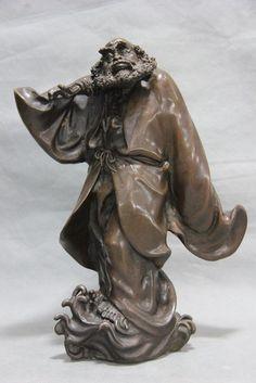 Statue représentant Da Mo ou Bodhidharma en déplacement