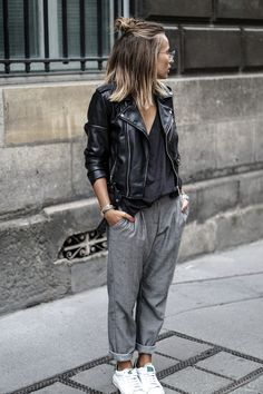 TOP ZARA – PANTALON MANGO – PERFECTO SIMILI ZARA – BASKETS DADA by NOHOLITA – MONTRE CLUSE – LUNETTES DE VUE RAYBAN SOLAIRES | NEXT STOP -> PARIS | Camille Callen looks effortlessly chic in grey slacks and fresh white sneakers; the ultimate tomboy look.