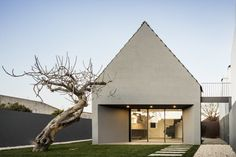 Portuguese architecture practice designed an extension to Amélia's House, a minimal home located in Ilhavo, Portugal. Architecture Résidentielle, Minimalist Architecture, Contemporary Architecture, Amazing Architecture, Brunswick House, Melbourne House, Minimal Home, Design Blog, House Roof