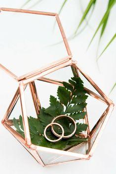 Beautiful geometric wedding ring box for your wedding rings. The geometric wedding trend 2018 is stunning!     Dit geometric ringdoosje is prachtig! Hij past perfect bij de geometric bruiloft trend 2018!