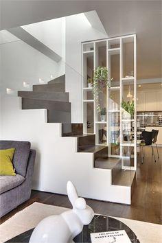 Escalier avec un garde-corps vitré et une étagère sous-plafond